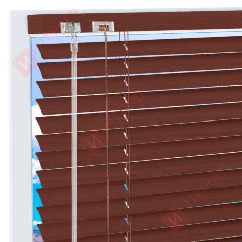 Горизонтальные алюминиевые жалюзи на пластиковые окна - цвет махагон коричневый
